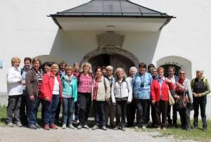 "Gruppenbild vor dem Wallfahrtskirchlein ""Maria Brettfall"""