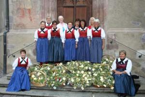Die kfb-Frauen mit dem zur Segnung vorbereiteten Kräutersträußchen